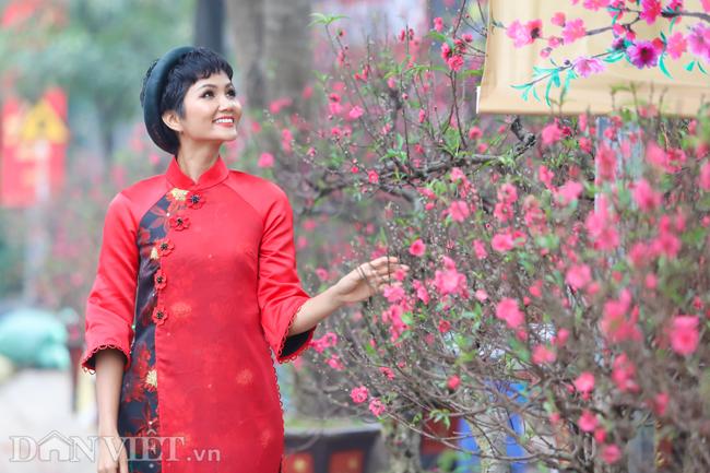 Ảnh: Bắt gặp hoa hậu HHen Niê đi chợ hoa đào ở Hà Nội-6