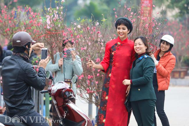 Ảnh: Bắt gặp hoa hậu HHen Niê đi chợ hoa đào ở Hà Nội-7