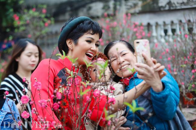 Ảnh: Bắt gặp hoa hậu HHen Niê đi chợ hoa đào ở Hà Nội-8