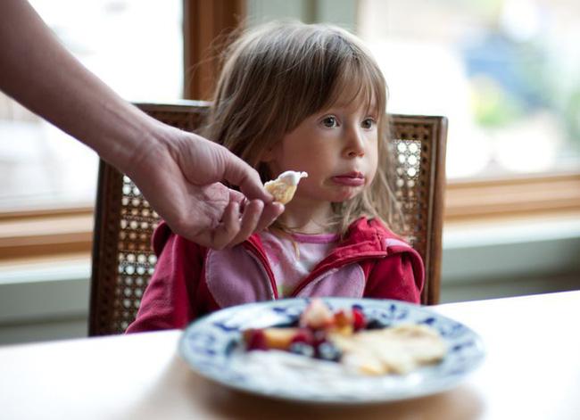 Cha mẹ áp dụng những mẹo này là sẽ đập tan ngay tính nhõng nhẽo, khảnh ăn của con trong ngày Tết-2