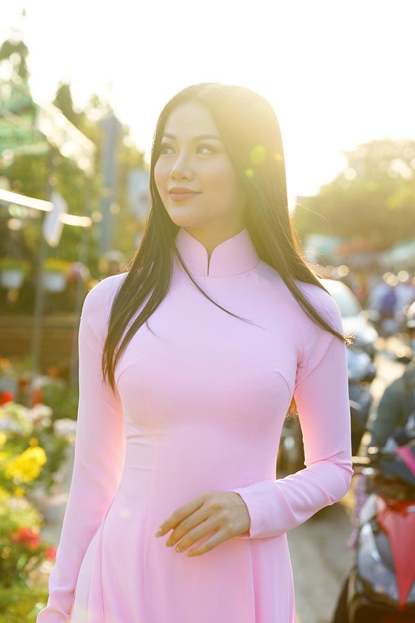 Hoa hậu Trái đất Phương Khánh thu hút mọi ánh nhìn khi diện áo dài thướt tha đi chợ hoa Tết-1
