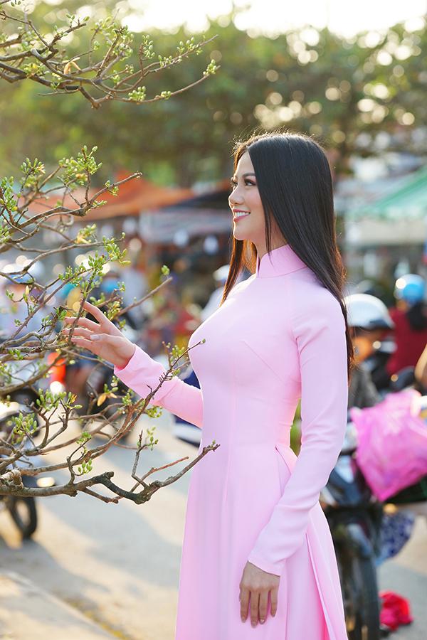 Hoa hậu Trái đất Phương Khánh thu hút mọi ánh nhìn khi diện áo dài thướt tha đi chợ hoa Tết-2