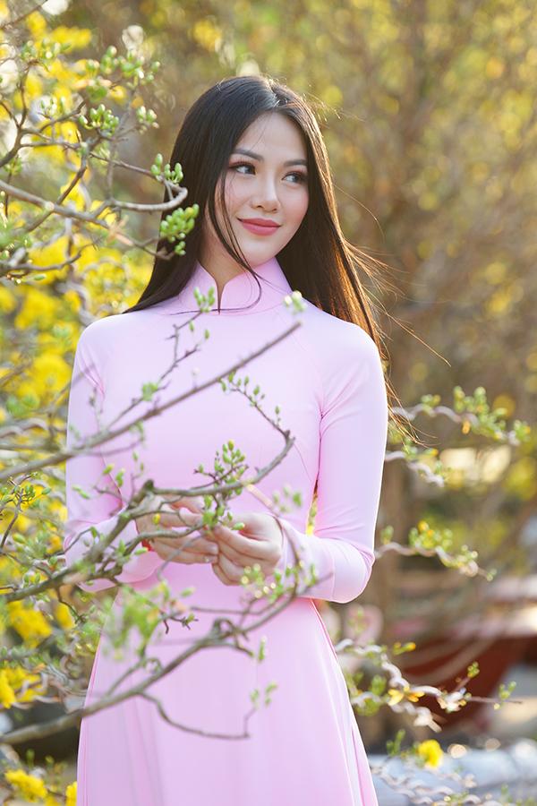 Hoa hậu Trái đất Phương Khánh thu hút mọi ánh nhìn khi diện áo dài thướt tha đi chợ hoa Tết-3