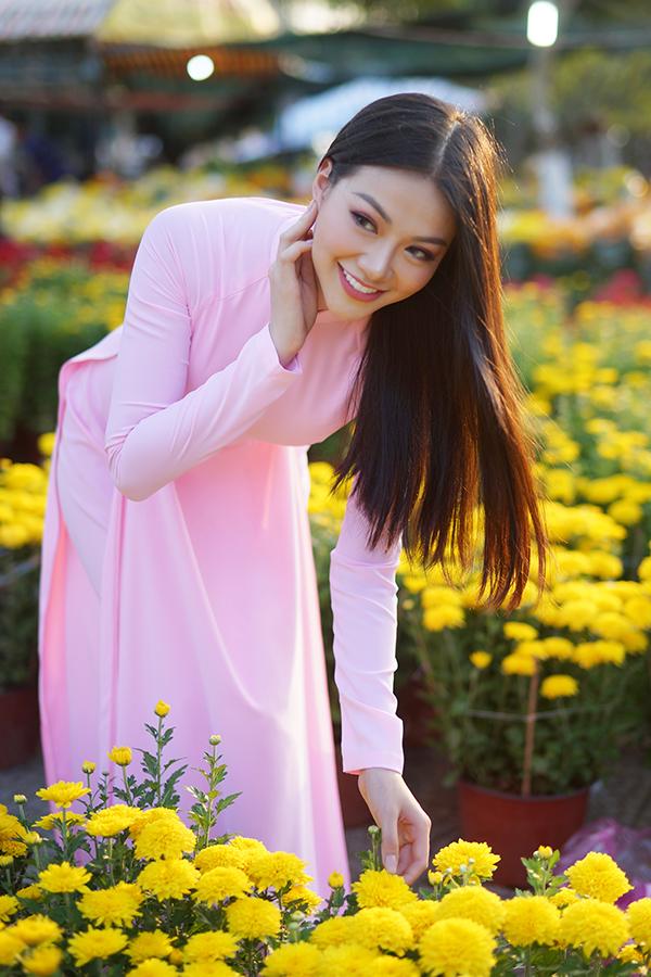 Hoa hậu Trái đất Phương Khánh thu hút mọi ánh nhìn khi diện áo dài thướt tha đi chợ hoa Tết-5