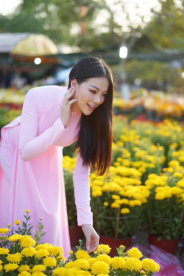 Hoa hậu Trái đất Phương Khánh thu hút mọi ánh nhìn khi diện áo dài thướt tha đi chợ hoa Tết-6
