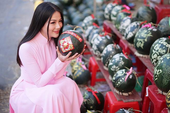 Hoa hậu Trái đất Phương Khánh thu hút mọi ánh nhìn khi diện áo dài thướt tha đi chợ hoa Tết-7