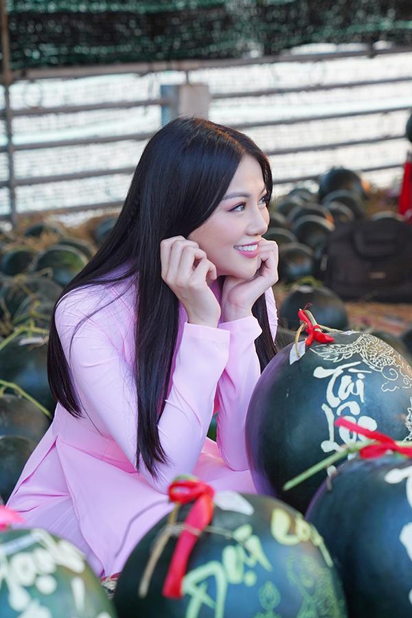 Hoa hậu Trái đất Phương Khánh thu hút mọi ánh nhìn khi diện áo dài thướt tha đi chợ hoa Tết-8