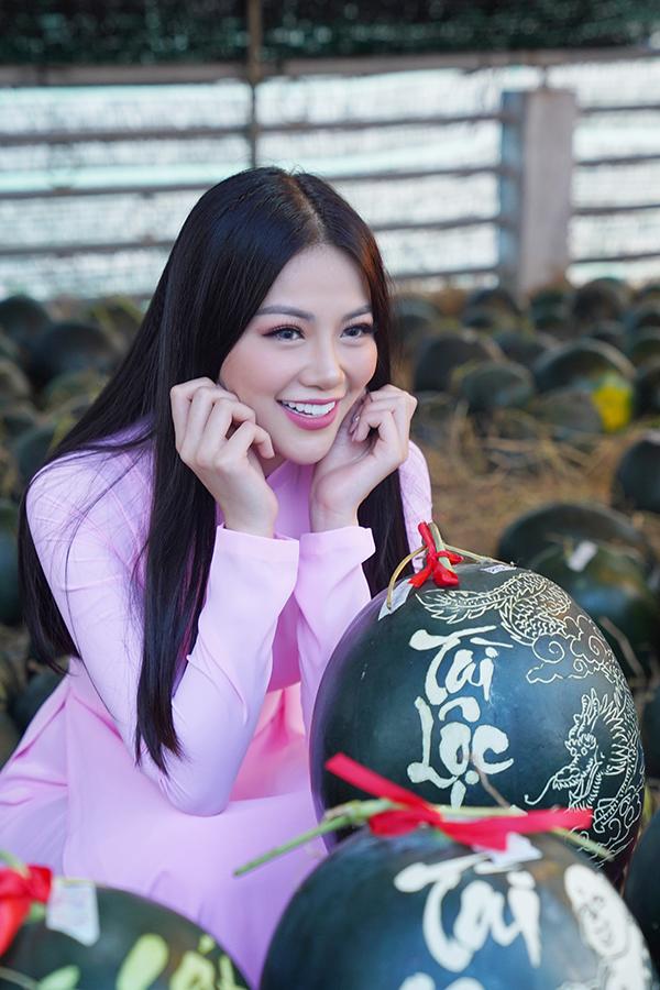 Hoa hậu Trái đất Phương Khánh thu hút mọi ánh nhìn khi diện áo dài thướt tha đi chợ hoa Tết-9