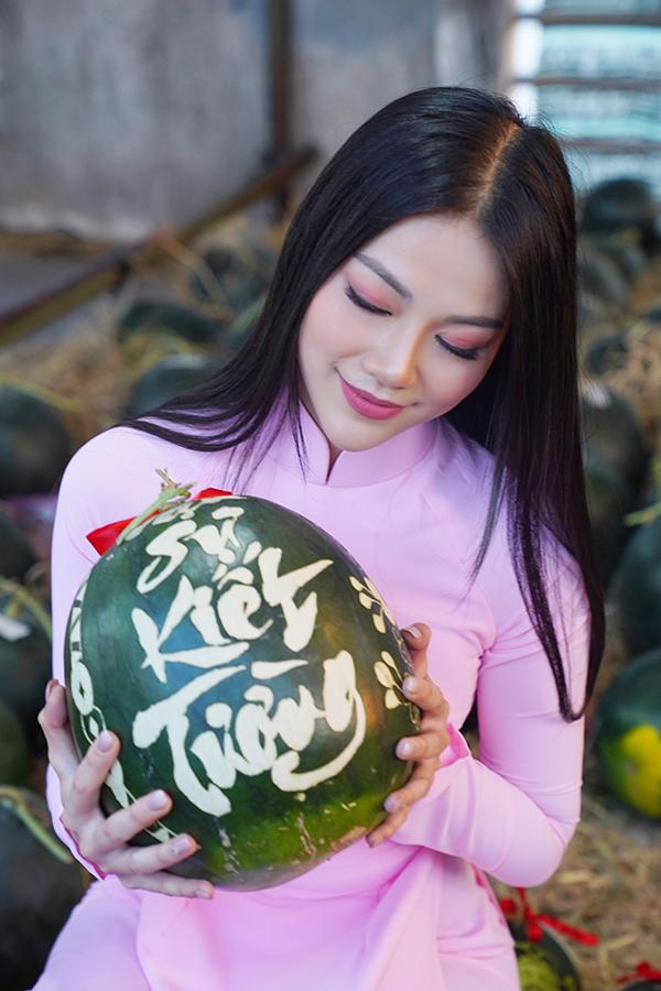 Hoa hậu Trái đất Phương Khánh thu hút mọi ánh nhìn khi diện áo dài thướt tha đi chợ hoa Tết-11