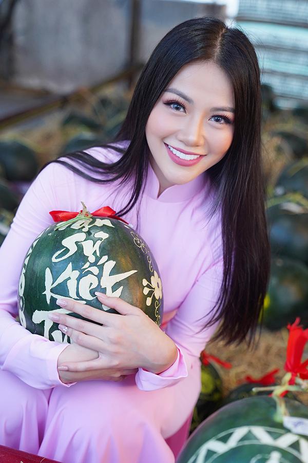 Hoa hậu Trái đất Phương Khánh thu hút mọi ánh nhìn khi diện áo dài thướt tha đi chợ hoa Tết-12