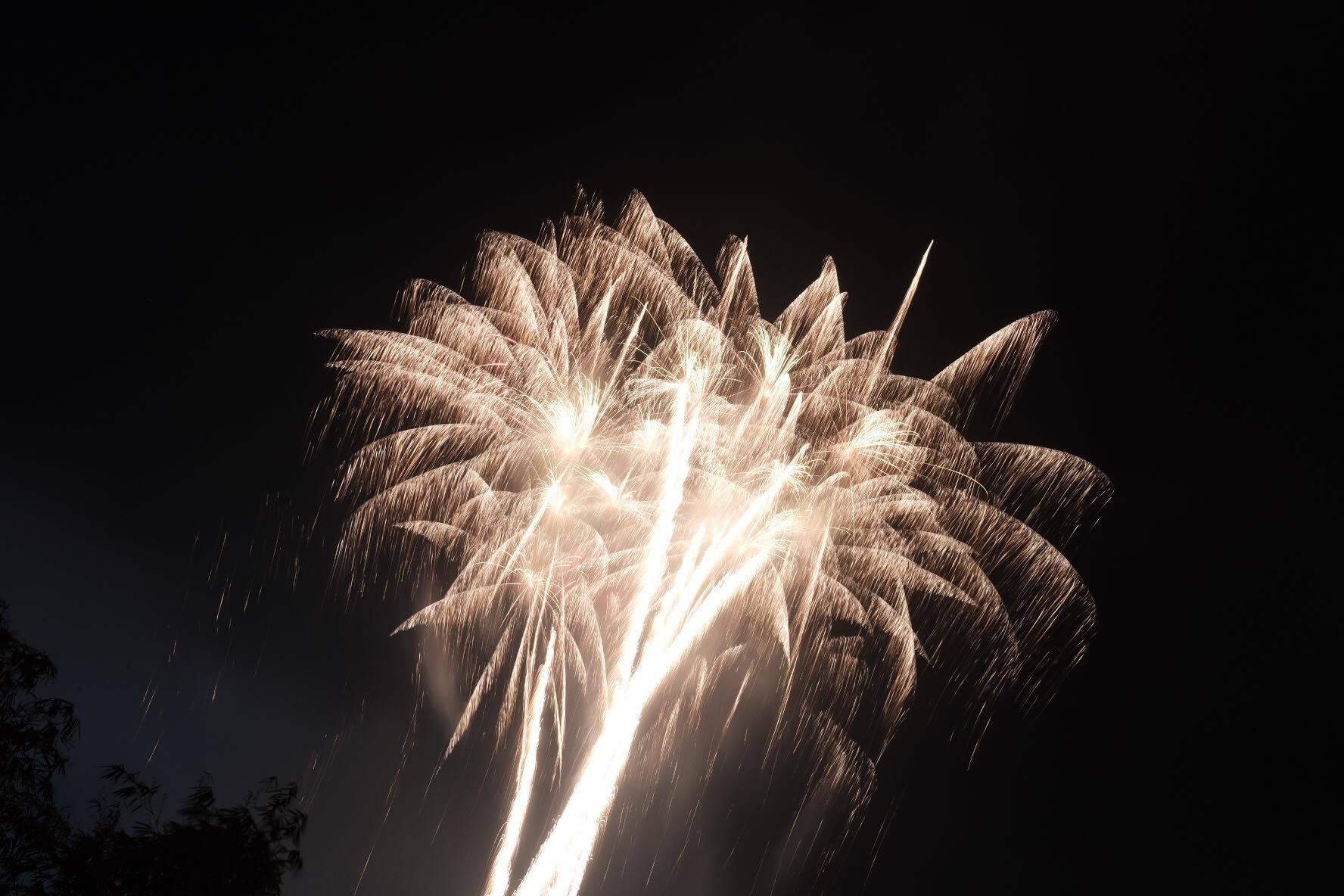 Nụ hôn nồng cháy dưới màn pháo hoa đêm Giao thừa ở Hà Nội-20