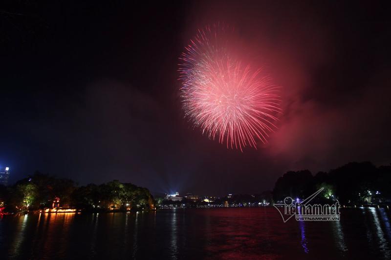 Nụ hôn nồng cháy dưới màn pháo hoa đêm Giao thừa ở Hà Nội-10