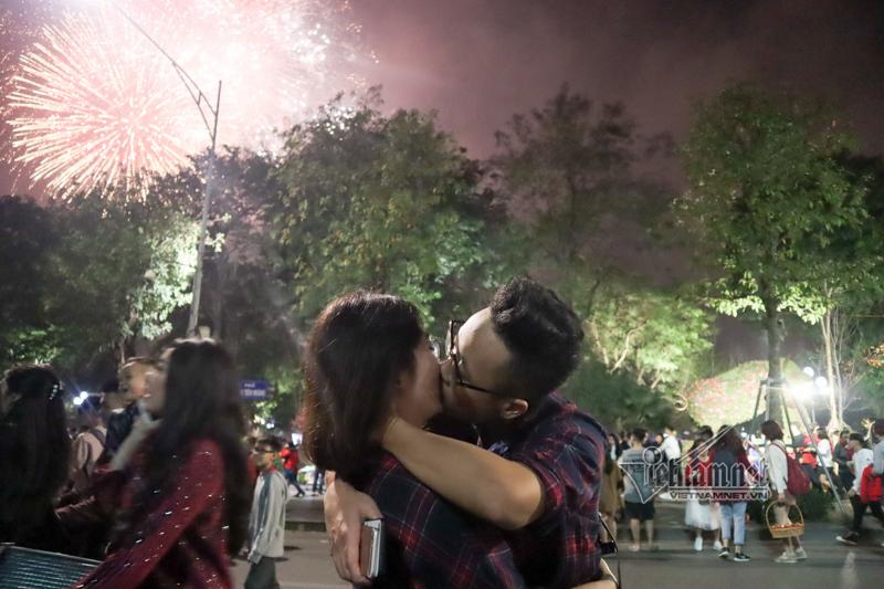 Nụ hôn nồng cháy dưới màn pháo hoa đêm Giao thừa ở Hà Nội-3