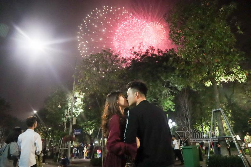 Nụ hôn nồng cháy dưới màn pháo hoa đêm Giao thừa ở Hà Nội-1
