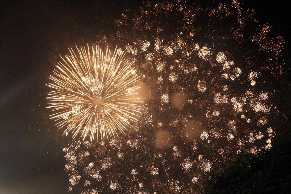 Nụ hôn nồng cháy dưới màn pháo hoa đêm Giao thừa ở Hà Nội-16