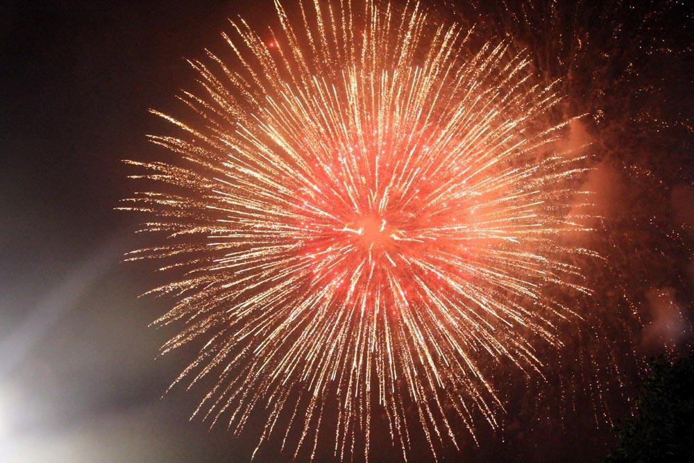 Nụ hôn nồng cháy dưới màn pháo hoa đêm Giao thừa ở Hà Nội-14
