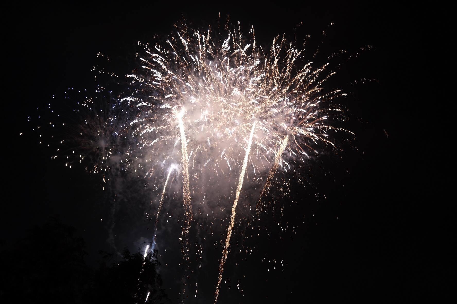 Nụ hôn nồng cháy dưới màn pháo hoa đêm Giao thừa ở Hà Nội-21