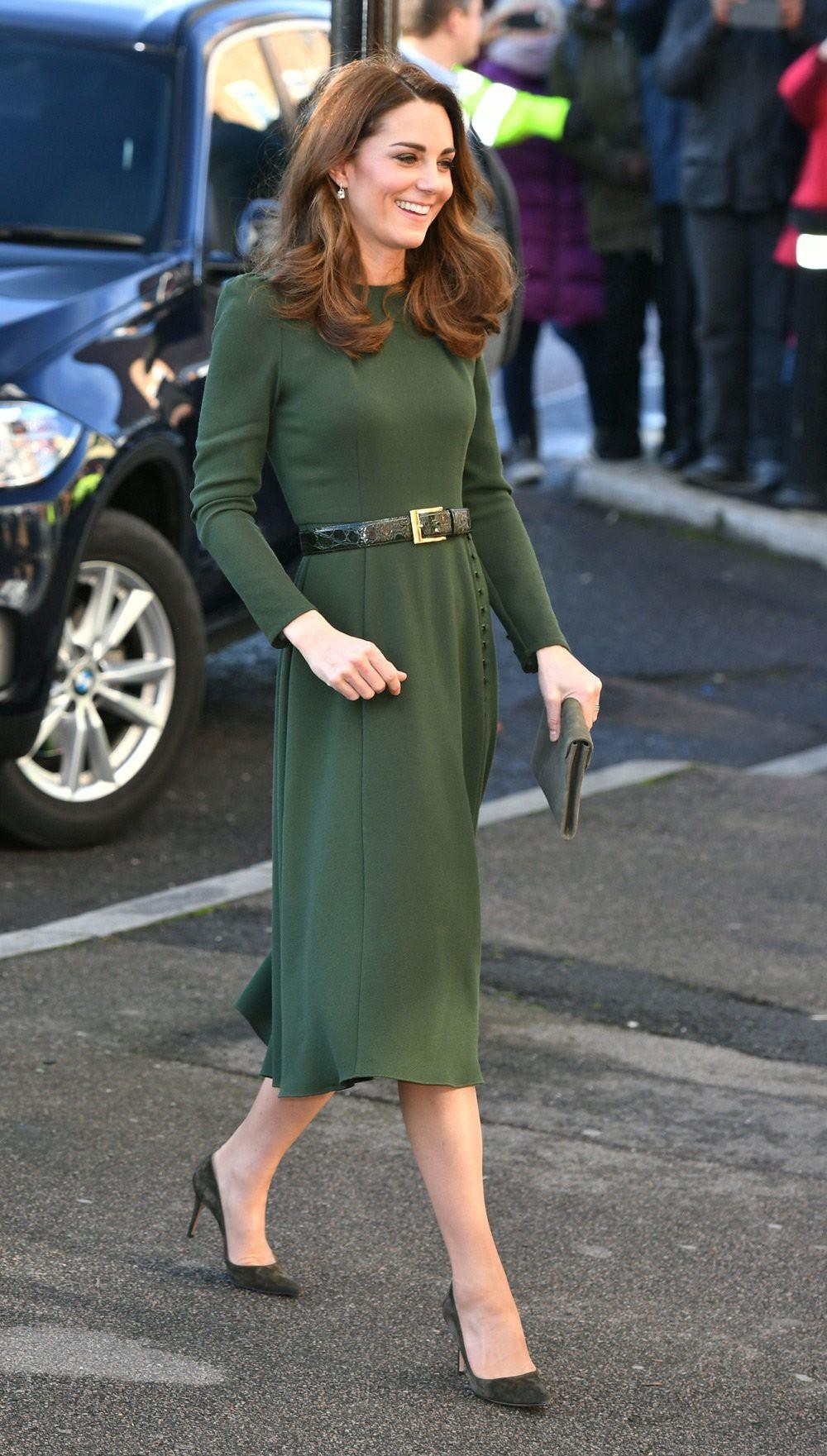 Có khi chị em dâu Kate và Meghan lại chẳng hề bất hòa, vì họ chăm diện giày đôi thế này cơ mà!-7