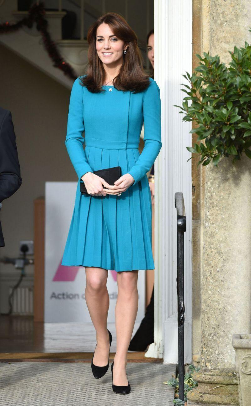 Có khi chị em dâu Kate và Meghan lại chẳng hề bất hòa, vì họ chăm diện giày đôi thế này cơ mà!-10