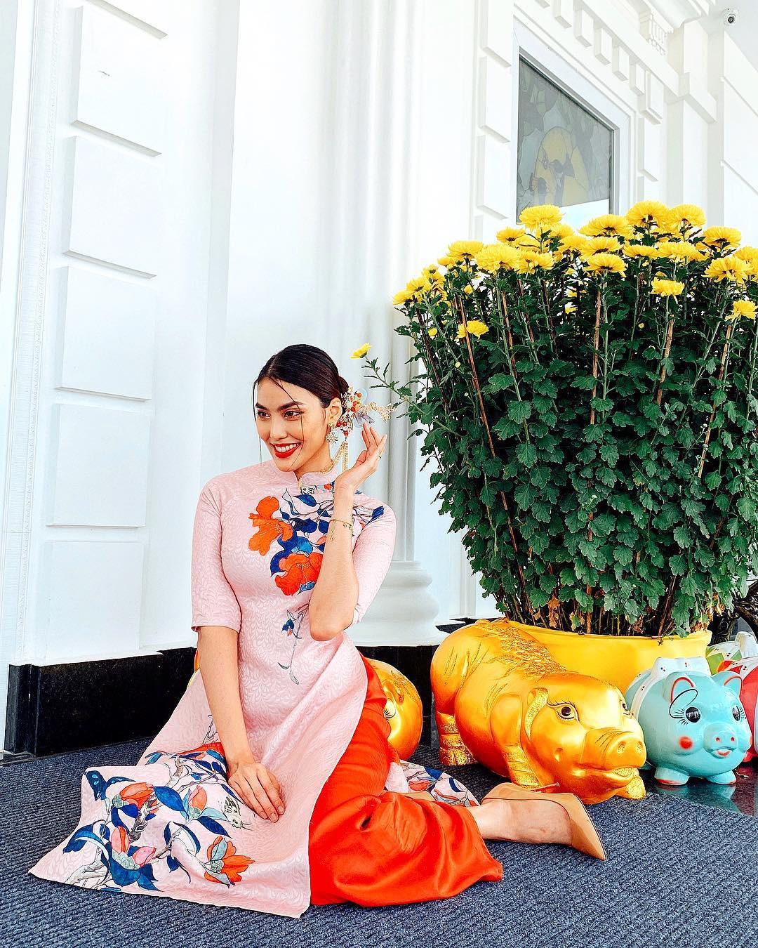 Mùng 1 Tết: Ngợp trời sao diện áo dài, nhưng nổi nhất là vợ chồng Hà Tăng và Lan Khuê với cơ ngơi dát vàng-3