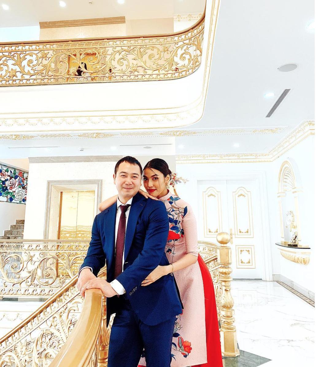 Mùng 1 Tết: Ngợp trời sao diện áo dài, nhưng nổi nhất là vợ chồng Hà Tăng và Lan Khuê với cơ ngơi dát vàng-4