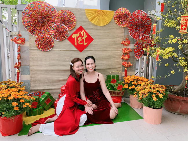 Mùng 1 Tết: Ngợp trời sao diện áo dài, nhưng nổi nhất là vợ chồng Hà Tăng và Lan Khuê với cơ ngơi dát vàng-15