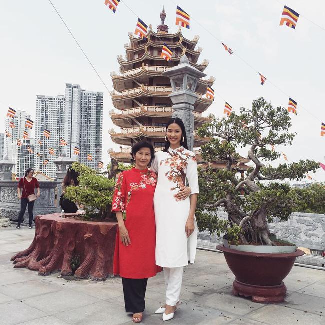 Mùng 1 Tết: Ngợp trời sao diện áo dài, nhưng nổi nhất là vợ chồng Hà Tăng và Lan Khuê với cơ ngơi dát vàng-6