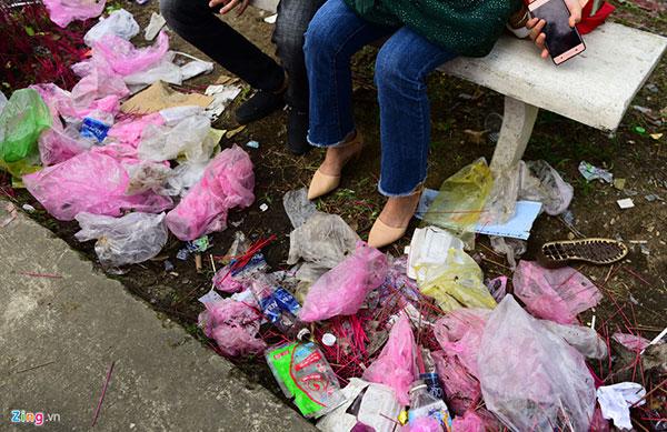 Kiểu xả rác kỳ cục sau khi làm lễ ngày Tết-12