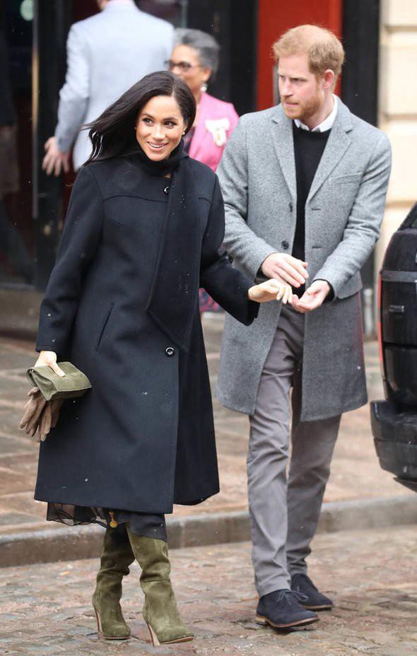 Chuyên gia lý giải việc Hoàng tử Harry thường xuyên tỏ ra khó chịu, cau mày khi xuất hiện bên cạnh vợ bầu Meghan-1