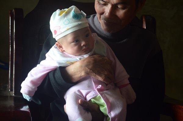 2 đứa trẻ mồ côi bố mẹ trong vụ cháy gần viện Nhi: Tết này bố mẹ ở đâu-3
