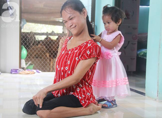 Người mẹ điên khum người, ú ớ cười đùa cùng đứa con gái nhỏ 15 tháng tuổi, Tết chỉ cần có vậy!-15