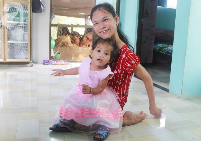 Người mẹ điên khum người, ú ớ cười đùa cùng đứa con gái nhỏ 15 tháng tuổi, Tết chỉ cần có vậy!-11