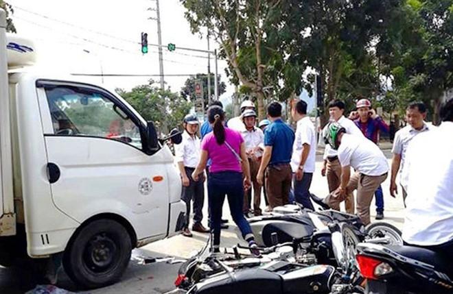 Ôtô tải đâm hàng loạt xe máy đang chờ đèn đỏ, nhiều người nhập viện-1