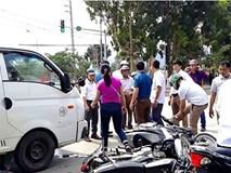 Ôtô tải đâm hàng loạt xe máy đang chờ đèn đỏ, nhiều người nhập viện