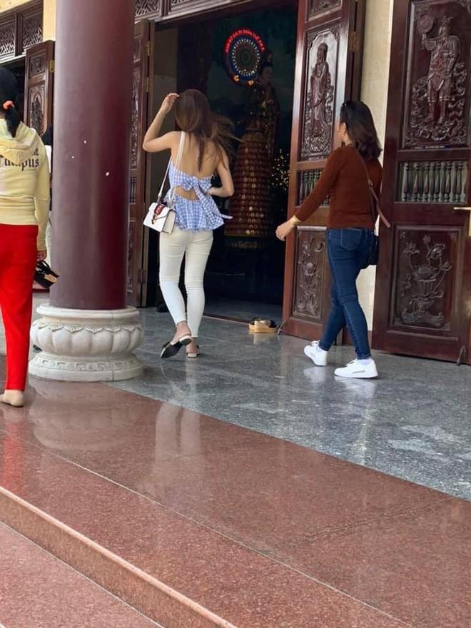 Hình ảnh các cô gái trẻ mặc váy ngắn cũn cỡn đi lễ chùa dịp đầu năm khiến nhiều người phải nhíu mày-4