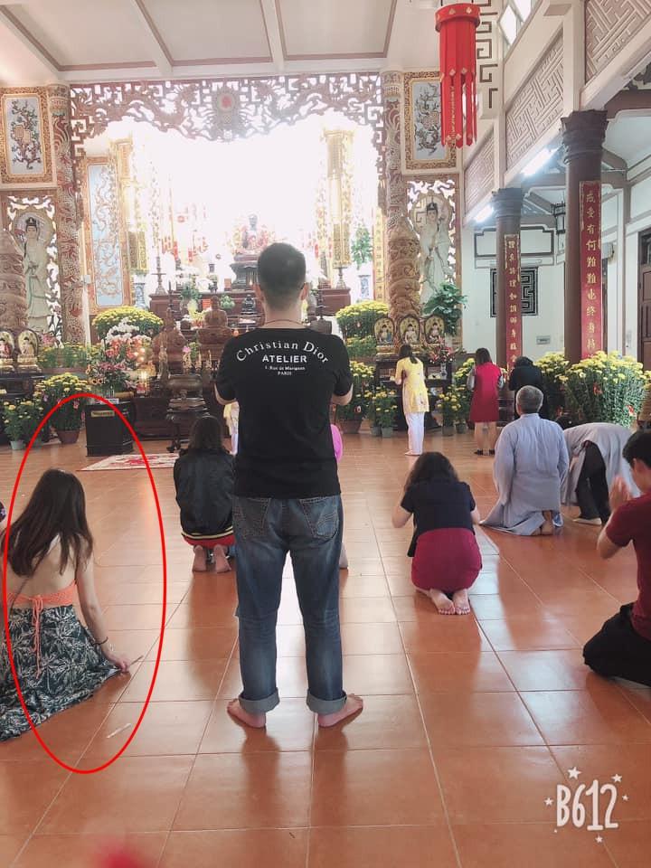 Hình ảnh các cô gái trẻ mặc váy ngắn cũn cỡn đi lễ chùa dịp đầu năm khiến nhiều người phải nhíu mày-2
