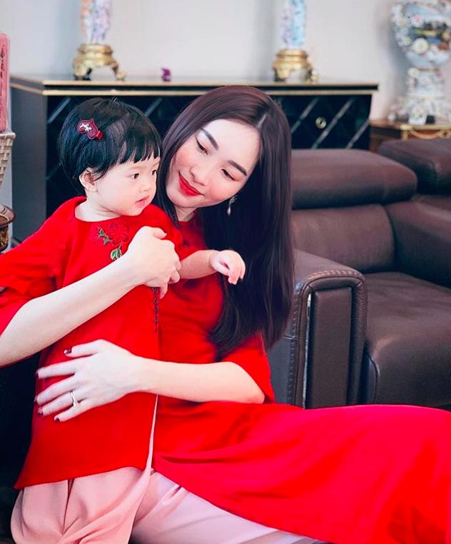 Con gái Sophia gần 1 tuổi diện Áo dài đỏ rực cực đáng yêu đón Tết cùng mẹ Đặng Thu Thảo-1