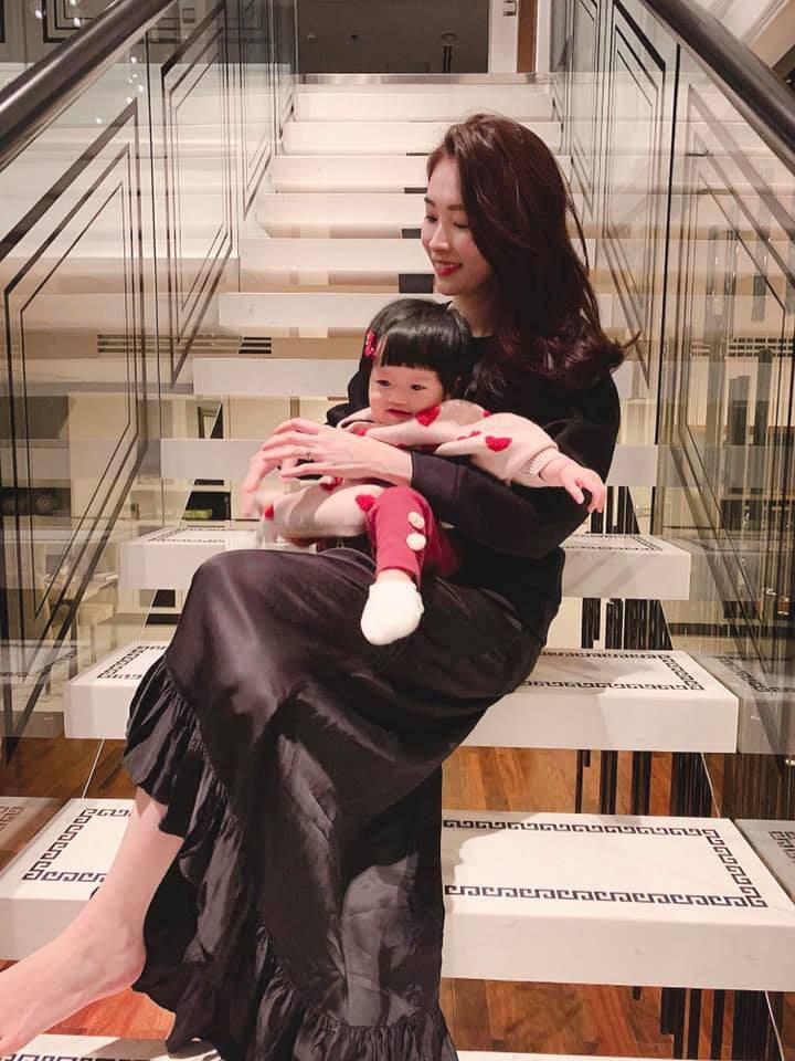 Con gái Sophia gần 1 tuổi diện Áo dài đỏ rực cực đáng yêu đón Tết cùng mẹ Đặng Thu Thảo-4