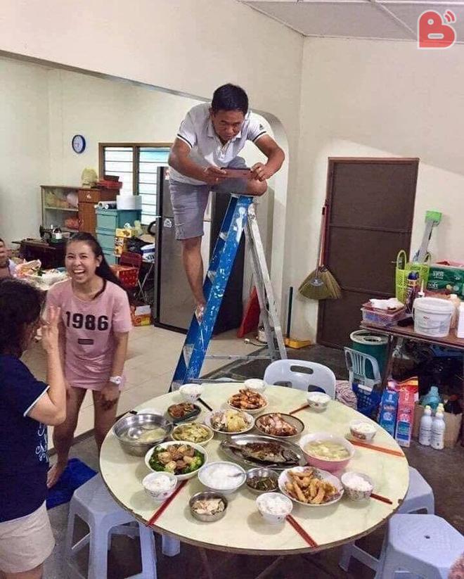 Chụp ảnh cúng Facebook, ông bố khiến cả nhà cười ầm ầm vì... hết lòng với cái đẹp-1