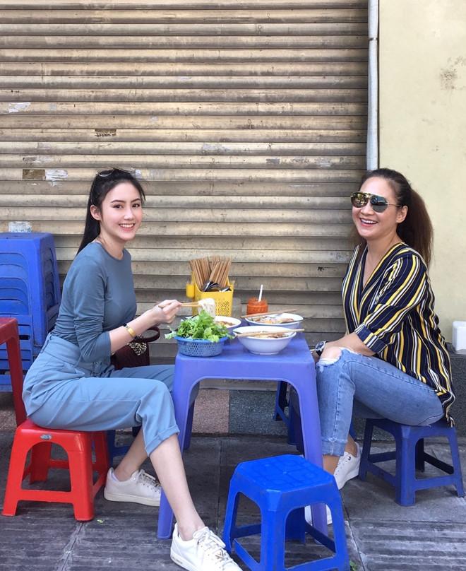 Hot girl Lào gốc Việt đón Tết ở Hà Nội, hào hứng ăn bún riêu vỉa hè-2