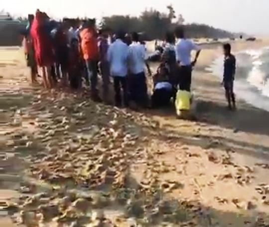 4 học sinh bị sóng biển nhấn chìm: Tuyệt vọng ấn ngực cứu người-2