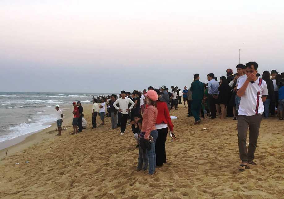 4 học sinh bị sóng biển nhấn chìm: Tuyệt vọng ấn ngực cứu người-3