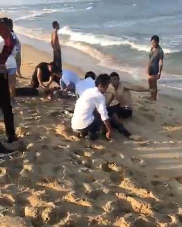 4 học sinh bị sóng biển nhấn chìm: Tuyệt vọng ấn ngực cứu người-1