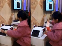 Bé gái phải dùng máy đếm tiền để tính tiền lì xì, cư dân mạng tranh cãi gay gắt