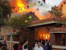 Nhà gỗ 5 gian tiền tỷ cháy rực lửa nghi do thắp hương