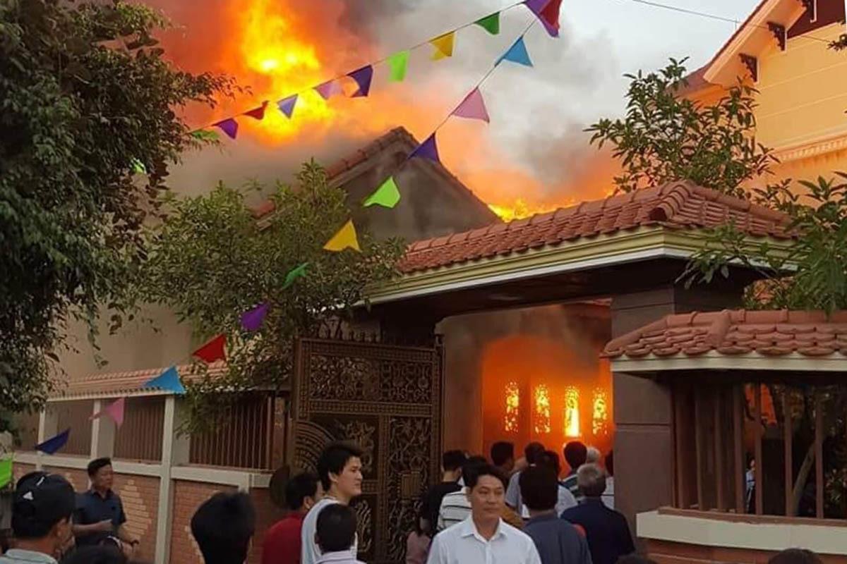 Nhà gỗ 5 gian tiền tỷ cháy rực lửa nghi do thắp hương-2