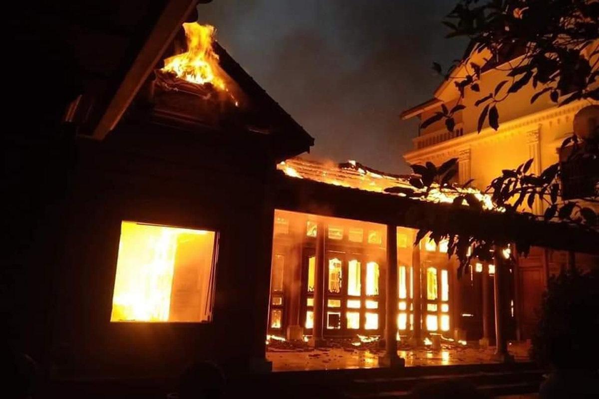Nhà gỗ 5 gian tiền tỷ cháy rực lửa nghi do thắp hương-1