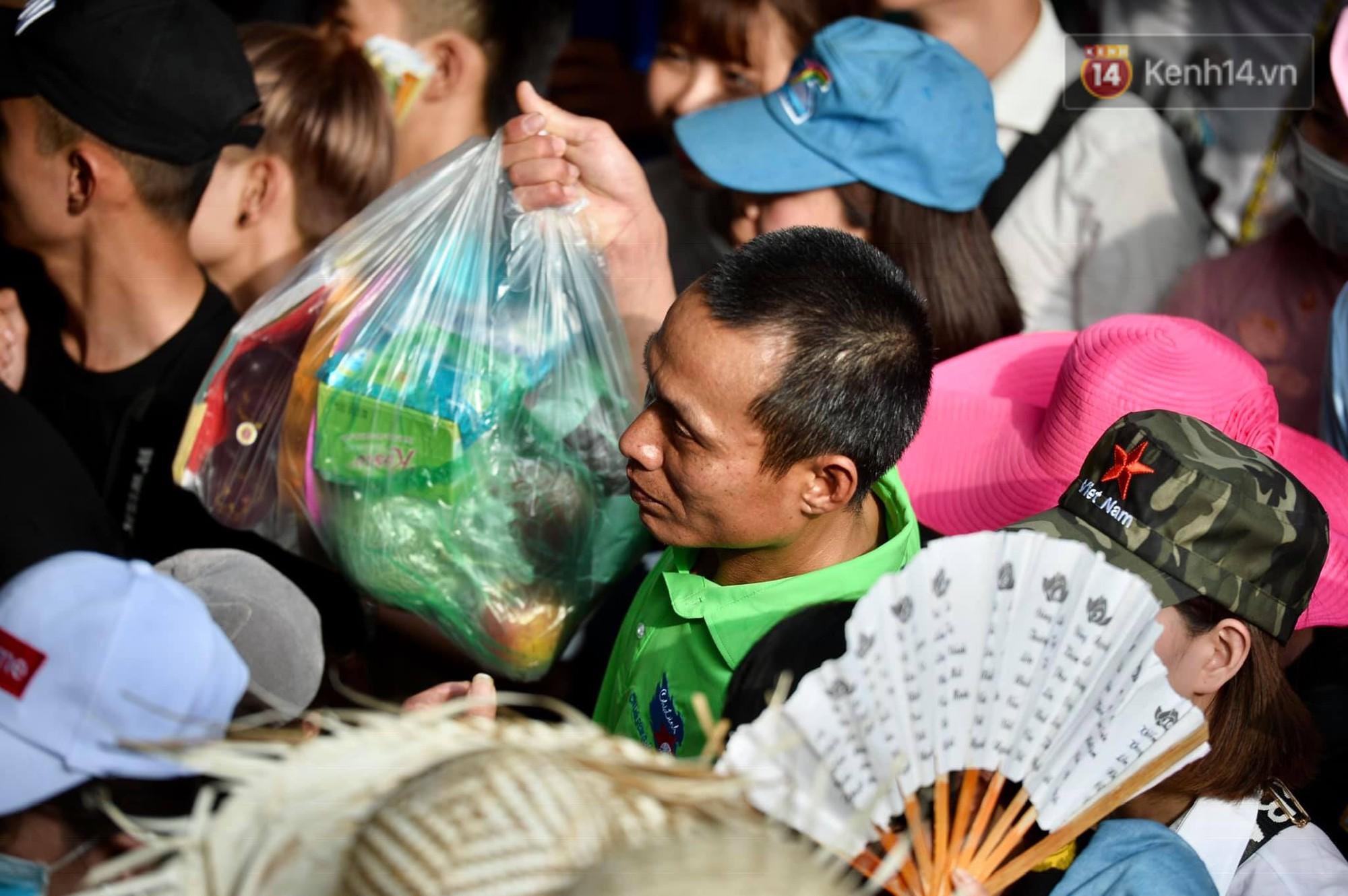 Ảnh: Mệt mỏi vì chen lấn giữa hàng vạn người dù chưa khai hội chùa Hương, nhiều em nhỏ ngủ gục trên vai mẹ-8