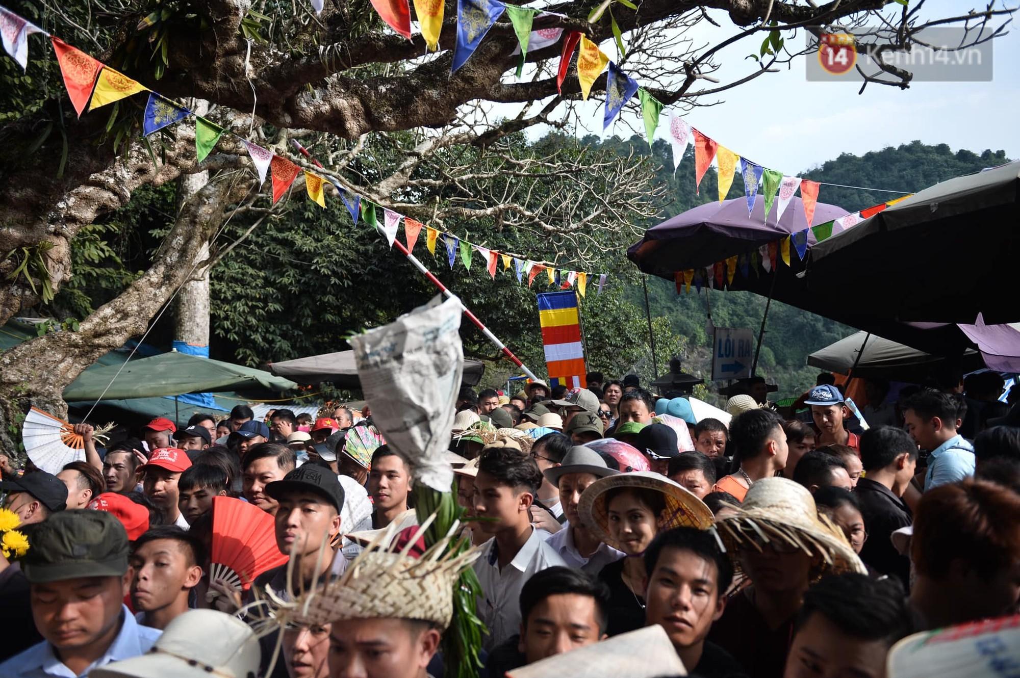 Ảnh: Mệt mỏi vì chen lấn giữa hàng vạn người dù chưa khai hội chùa Hương, nhiều em nhỏ ngủ gục trên vai mẹ-10