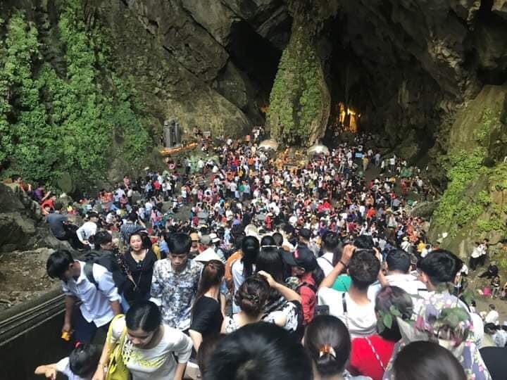 Ảnh: Mệt mỏi vì chen lấn giữa hàng vạn người dù chưa khai hội chùa Hương, nhiều em nhỏ ngủ gục trên vai mẹ-14
